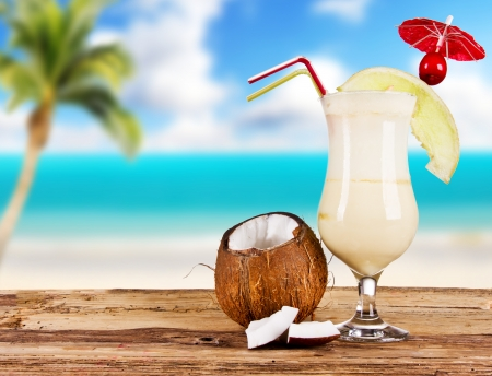 Foto de Summer drink with blur beach on background - Imagen libre de derechos