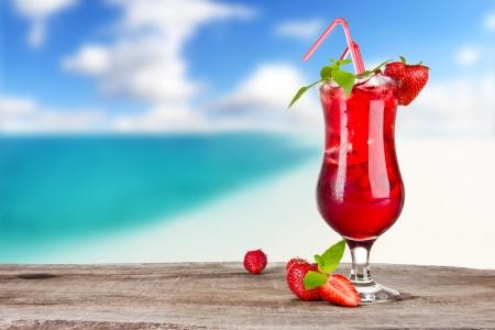 Foto de Strawberry cocktail with blur beach on background - Imagen libre de derechos