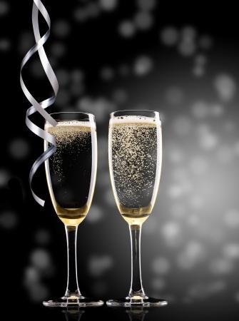 Foto de Glasses of champagne with ribbons - Imagen libre de derechos