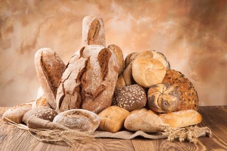 Foto de various kinds of bread on wood - Imagen libre de derechos