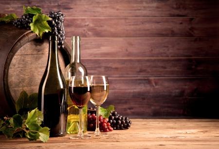 Photo pour Still life of wine with wooden keg - image libre de droit