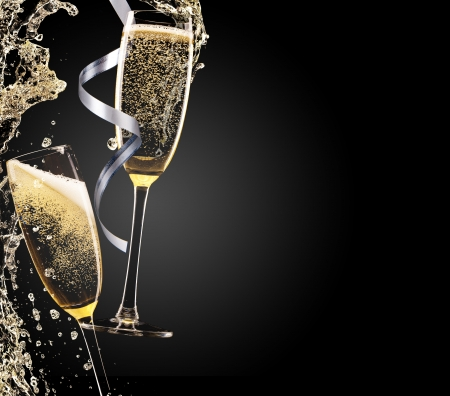 Foto de Glass of champagne with splash, isolated on black - Imagen libre de derechos