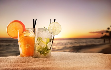 Photo pour Exotic summer drinks , blur sandy beach on  - image libre de droit