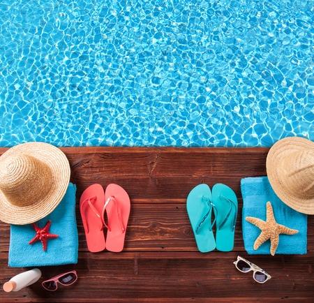 Foto de Concept of summer accessories on wood with blue water - Imagen libre de derechos