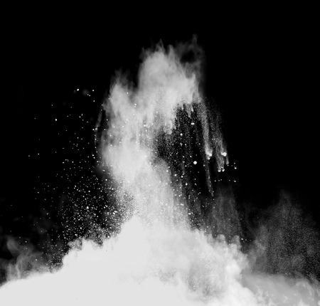 Foto de Isolated shot of white powder on black background - Imagen libre de derechos