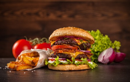 Photo pour Delicious hamburger served on wooden planks - image libre de droit