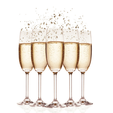 Photo pour Glasses of champagne with bubbles, isolated on white background - image libre de droit