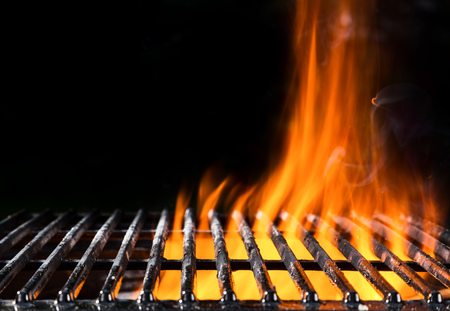Photo pour Empty grill grid in fire with black background - image libre de droit