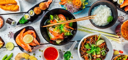 Photo pour Asian food served on white wooden table, top view. Chinese and vietnamese cuisine set. - image libre de droit