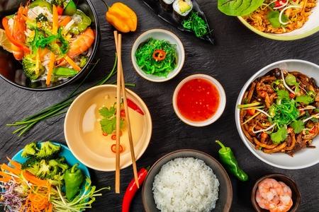 Photo pour Asian food served on black stone, top view. Chinese and vietnamese cuisine set. - image libre de droit