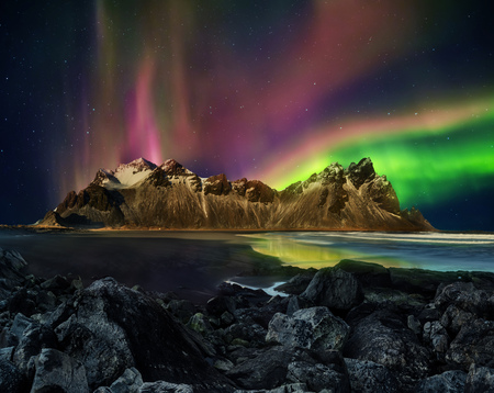 Photo pour Vestrahorn Stockknes mountain range with aurora borealis, Iceland. One of the most beautiful famous nature heritage in Iceland. - image libre de droit