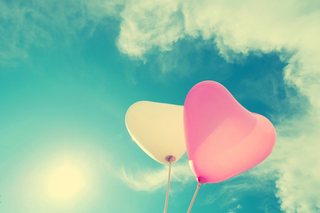 Photo pour vintage heart balloon on blue sky concept of love in summer and valentine, wedding honeymoon - image libre de droit