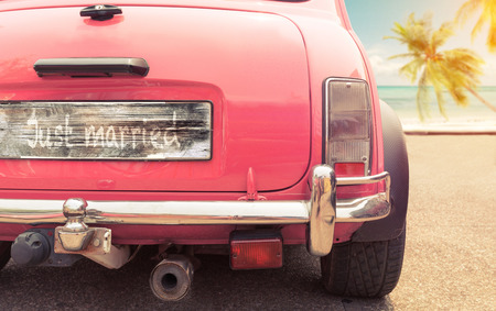 Photo pour just married sign on classic vintage car. concept of love honeymoon in summer - image libre de droit