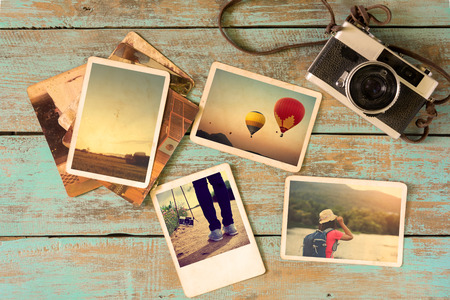 Photo pour Photo album remembrance and nostalgia in summer journey trip on wood table. instant photo of vintage camera - vintage and retro style - image libre de droit
