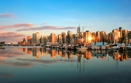 Photo pour Vancouver skyline panorama at sunset - image libre de droit