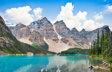 Photo pour Beautiful landscape with Rocky Mountains and famous Moraine Lake in Banff National Park, Alberta, Canada - image libre de droit