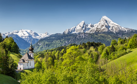Foto de Beautiful mountain landscape in the Bavarian Alps with pilgrimage church of Maria Gern and Watzmann massif in the background, Nationalpark Berchtesgadener Land, Bavaria, Germany - Imagen libre de derechos