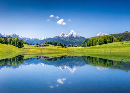 Foto de Idyllic summer landscape with clear mountain lake in the Alps - Imagen libre de derechos