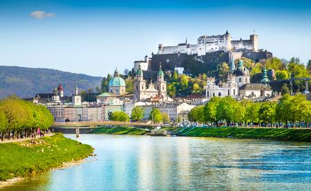 Foto de Beautiful view of Salzburg skyline with Festung Hohensalzburg and Salzach river in summer, Salzburg, Salzburger Land, Austria - Imagen libre de derechos