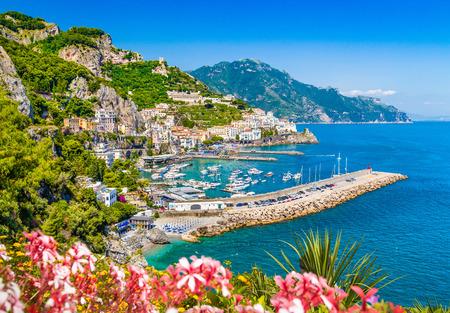 Foto de Scenic picture-postcard view of famous Amalfi Coast with beautiful Gulf of Salerno, Campania, Italy - Imagen libre de derechos