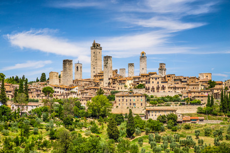 Photo pour Beautiful view of the medieval town of San Gimignano, Tuscany, Italy - image libre de droit