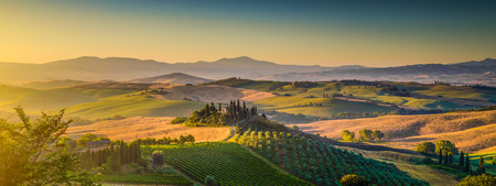 Photo pour Scenic Tuscany landscape panorama with rolling hills and harvest fields in golden morning light, Val d Orcia, Italy - image libre de droit