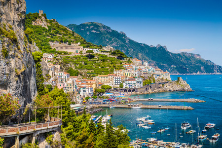 Foto de Scenic picture-postcard view of the beautiful town of Amalfi at famous Amalfi Coast with Gulf of Salerno, Campania, Italy - Imagen libre de derechos