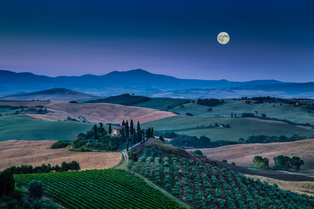 Photo pour Scenic Tuscany landscape with rolling hills and valleys in beautiful moonlight at dawn, Val d Orcia, Tuscany, Italy - image libre de droit