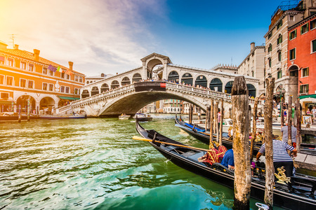 Foto de Panoramic view of famous Canal Grande with famous Rialto Bridge at sunset in Venice, Italy - Imagen libre de derechos
