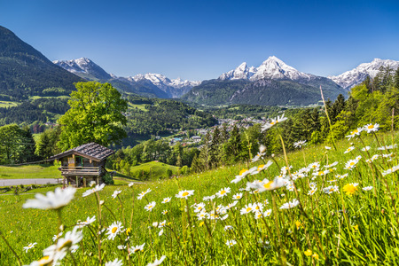Foto de Beautiful mountain landscape in the Bavarian Alps with village of Berchtesgaden and Watzmann massif in the background at sunrise, Nationalpark Berchtesgadener Land, Bavaria, Germany - Imagen libre de derechos