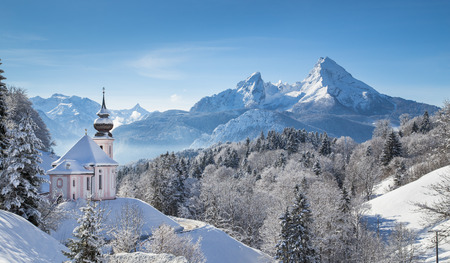 Photo pour Panoramic view of beautiful winter landscape in the Bavarian Alps with pilgrimage church of Maria Gern and famous Watzmann massif in the background, Nationalpark Berchtesgadener Land, Bavaria, Germany - image libre de droit