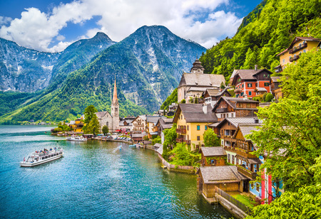 Photo pour Scenic picture-postcard view of famous Hallstatt mountain village with Lake Hallstatt in the Austrian Alps, region of Salzkammergut, Austria - image libre de droit