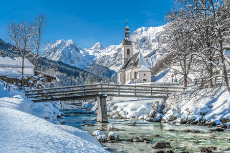 Photo pour Panoramic view of scenic winter landscape in the Bavarian Alps with famous Parish Church of St. Sebastian in the village of Ramsau, Nationalpark Berchtesgadener Land, Upper Bavaria, Germany - image libre de droit