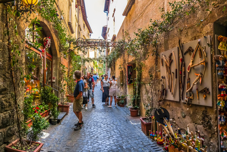 Photo pour Beautiful view of frisky alley with ancient buildings at square near the Cathedral of Orvieto Duomo di Orvieto, Umbria, Italy - image libre de droit