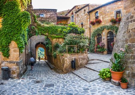 Photo pour Beautiful view of idyllic alley way in famous Civita di Bagnoregio near Tiber river valley, Lazio, Italy - image libre de droit