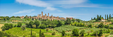 Photo pour Panoramic view of the medieval town of San Gimignano on a hill, Tuscany, Italy - image libre de droit