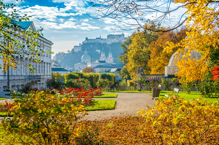 Foto de Beautiful view of famous Mirabell Gardens with the old historic Fortress Hohensalzburg in the background in Salzburg, Austria - Imagen libre de derechos