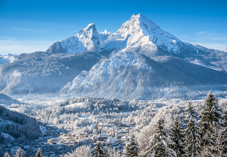 Photo pour Beautiful mountain landscape in the Bavarian Alps with village of Berchtesgaden and Watzmann massif in the background at sunrise, Nationalpark Berchtesgadener Land, Bavaria, Germany - image libre de droit