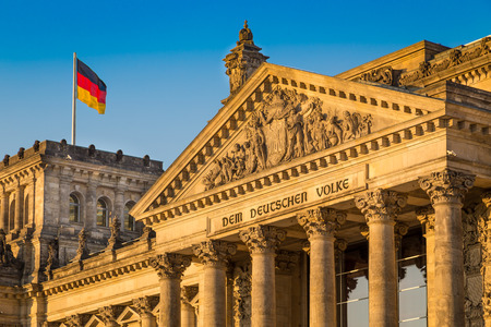 Foto de Close-up view of famous Reichstag building, seat of the German Parliament Deutscher Bundestag, in beautiful golden evening light at sunset, Berlin, Germany - Imagen libre de derechos