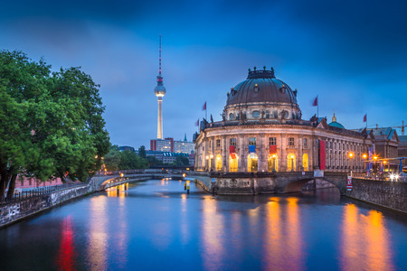 Foto de Beautiful view of Berlin Museumsinsel with famous TV tower and Spree river in twilight during blue hour at dusk, Berlin, Germany - Imagen libre de derechos
