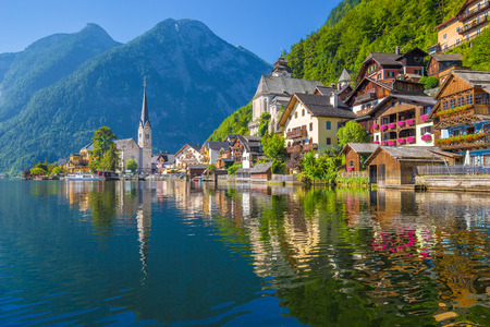 Photo pour Scenic picture-postcard view of famous Hallstatt village reflecting in Hallstattersee lake in the Austrian Alps in beautiful morning light on a sunny day in summer, Salzkammergut region, Austria - image libre de droit