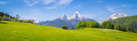 Foto de Panoramic view of idyllic mountain scenery in the Alps with fresh green meadows in bloom on a beautiful sunny day in springtime, National Park Berchtesgadener Land, Bavaria, Germany - Imagen libre de derechos