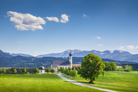Photo pour Classic view of famous Wilparting Pilgrimage Church with green meadows and trees on a sunny day with blue sky and clouds in springtime, Irschenberg, Upper Bavaria, Germany - image libre de droit