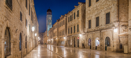 Foto de Classic panoramic view of famous Stradun, the main street of the old town of Dubrovnik, in beautiful morning twilight before sunrise at dawn, Dalmatia, Croatia - Imagen libre de derechos