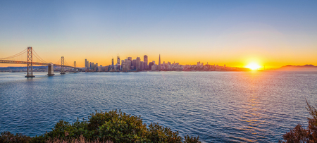 Photo pour Classic panoramic view of San Francisco skyline with famous Oakland Bay Bridge illuminated in beautiful golden evening light at sunset in summer, San Francisco Bay Area, California, USA - image libre de droit