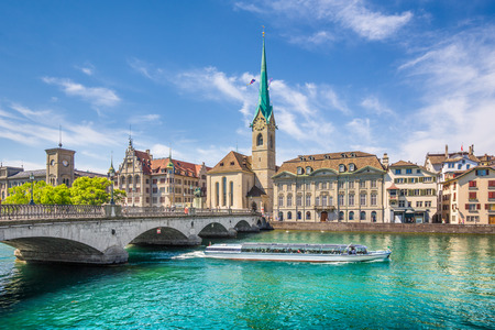 Foto de Historic city center of Zurich with famous Fraumunster Church and excursion boat on river Limmat, Canton of Zurich, Switzerland - Imagen libre de derechos