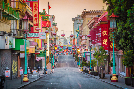 Photo pour Famous San Francisco's Chinatown, the oldest Chinatown in North America and the largest Chinese enclave outside Asia, in beautiful morning light at sunrise, California, USA - image libre de droit