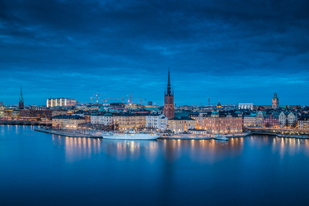Photo pour Panoramic view of famous Stockholm city center with historic Riddarholmen in Gamla Stan old town district during blue hour at dusk, Sodermalm, central Stockholm, Sweden - image libre de droit