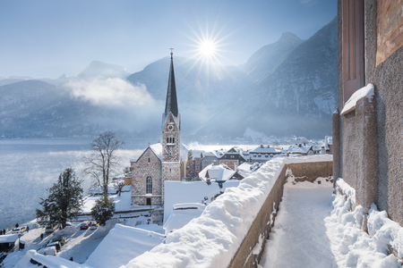 Foto de Panoramic view of famous Hallstatt lakeside town during winter sunrise on a beautiful cold sunny day at Christmas time, Salzkammergut, Austria - Imagen libre de derechos