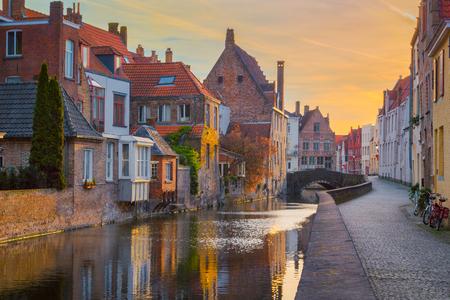 Foto de Historic city of Brugge at sunrise, Flanders, Belgium - Imagen libre de derechos